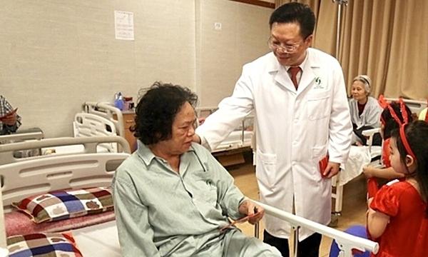 Nhiều người già bị sa sút trí tuệ đang điều trị tại Bệnh viện Lão khoa Trung ương. Ảnh: Nam Nguyễn.
