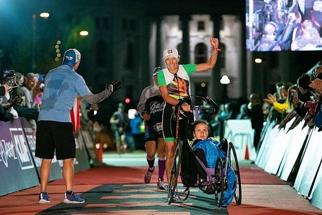 Hai mẹ con trên đường chạy Marathon với chiếc xe đẩy tự thiết kế tại giải Ironman Wisconsin tháng 9/ 2018. Ảnh: Good Morning America