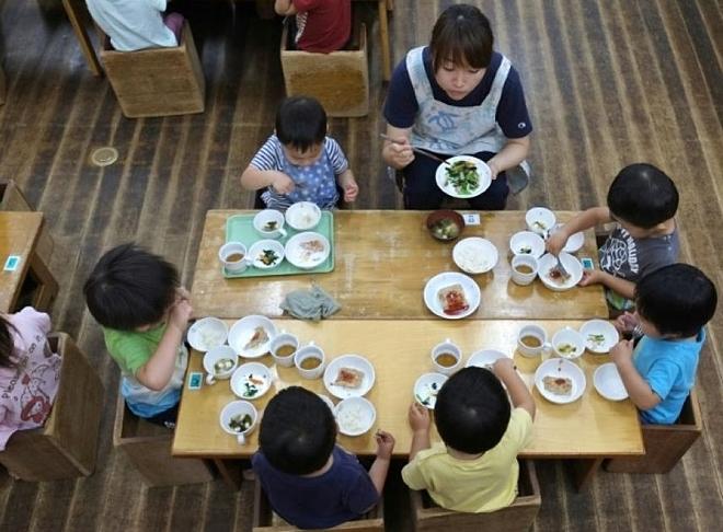 Bữa ăn trưa cho trẻ em Nhật được thiết lập bởi các chueyen gia dinh dưỡng, cân bằng giữa tinh bột, thịt và rau. Ảnh: Information
