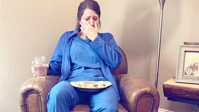 Hìnhảnh y tá Caty sau ngày làm việc vất vả được lan truyền rộng rãi. Ảnh: Foxnews