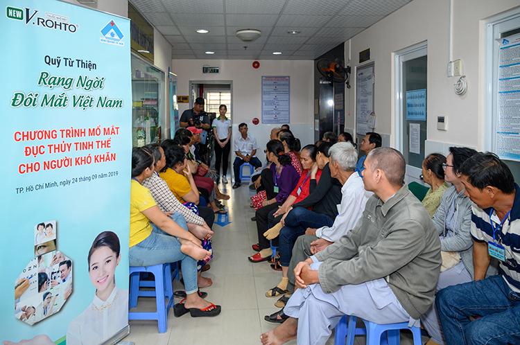 Quỹ từ thiện V. Rohto Rạng ngời đôi mắt Việt Nam phối hợp với Bệnh viện Mắt TP HCM triển khai chương trình mổ mắt đục thủy tinh thể cho người khó khăn. Xin ảnh 660.