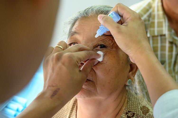 Người cao tuổi dễ mắc bệnh đục thủy tinh thể.