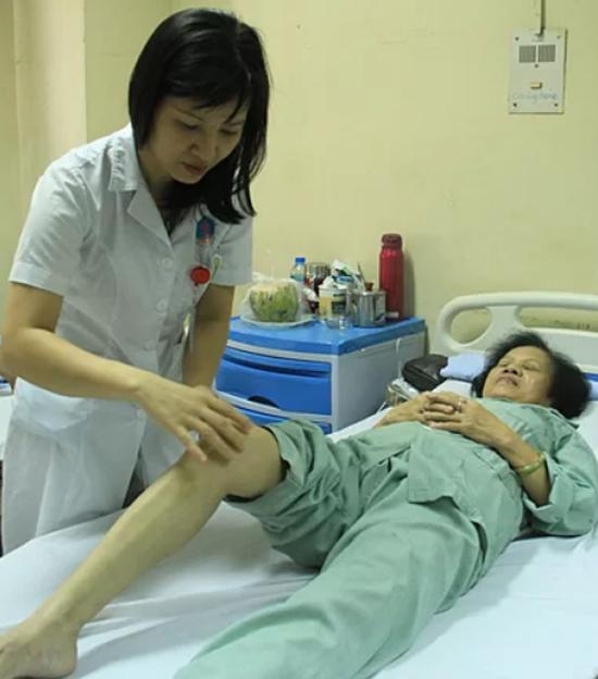 Bệnh nhân được kiểm tra sau khi tiêm hai mũi huyết tương giảm tiểu cầu. Ảnh: Hương Thủy