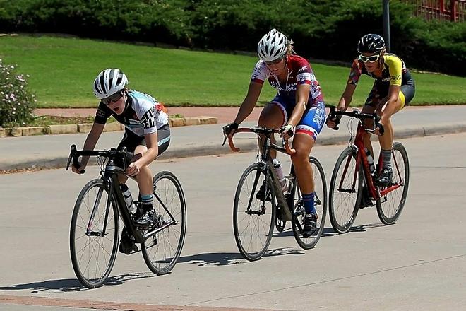 Hananh (đi đầu), trong một giải đua xe đạp với sự hỗ trợ của ống thông dạ dày gắn trong áo. Ảnh: Good Morning America