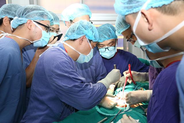 Bác sĩ đặt thể hang nhân tạo cho bệnh nhân. Ảnh: N.H