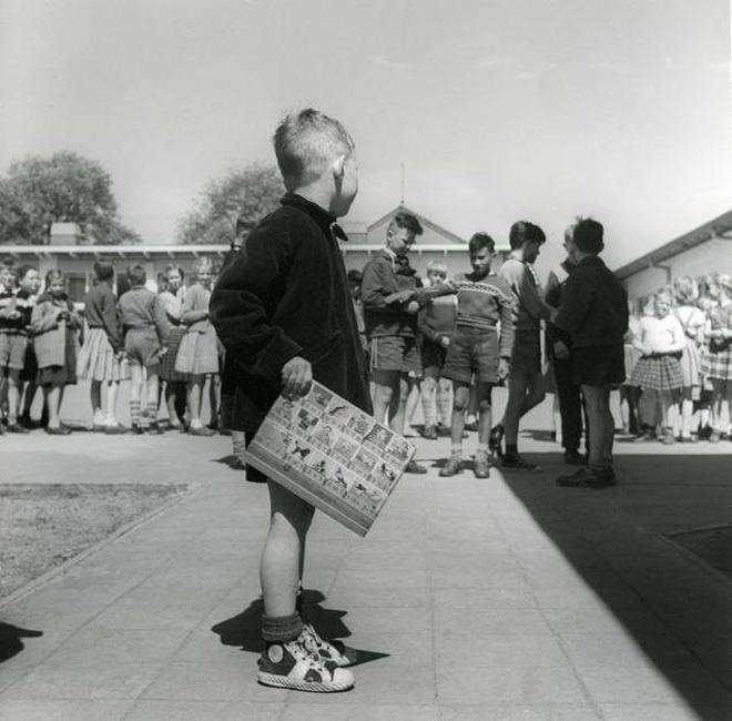 Trẻ em Quận Lake, Indiana xếp hàng chờ được xăm tên nhóm máu. Ảnh: Vintage News
