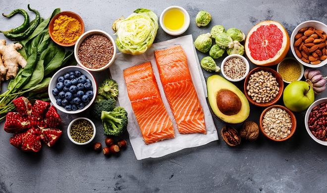 Cá hồi, cải xanh, đậu, các loại hạt... cung cấp các vitamin và khoáng chất như sắt, kẽm, canxi, axit folic...