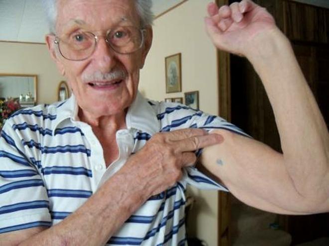 Nhiều người vẫn còn hình xăm nhóm máu dưới cánh tay, dù không còn nhìn rõ. Ảnh: World War II Grave