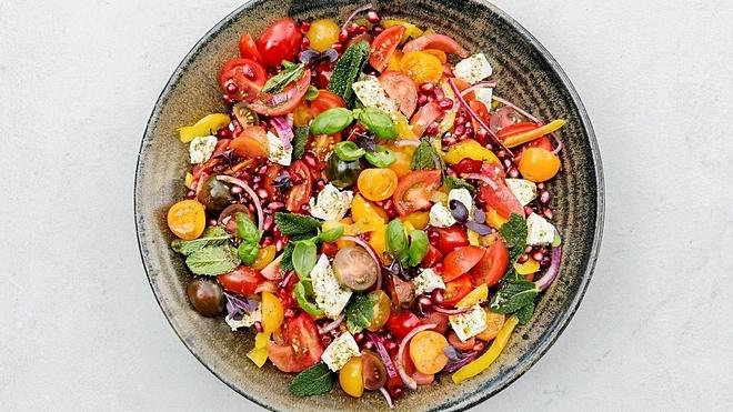 Salad cà chua, lựu thích hợp cho những người thiếu máu. Ảnh: Printerest