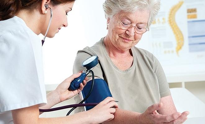 Uống thuốc chống tăng huyết áp vào ban đêm giúp giảm 66% nguy cơ tử vong do các bệnh về tim mạch và máu. Ảnh: Shutter Stock