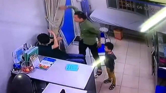 Ảnh camera ghi lại bố bệnh nhân đánh bác sĩ tại khoa Phẫu thuật Tạo hình, Bệnh viện Xanh Pôn (Hà Nội), năm 2018.