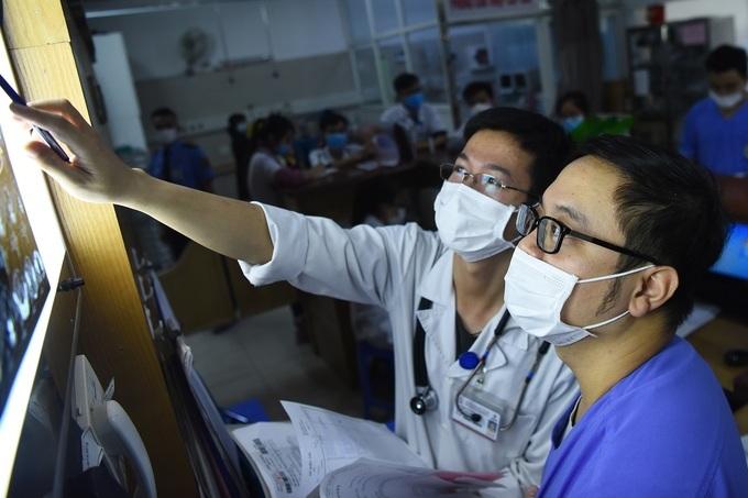 Bác sĩ làm việc căng thẳng tại khoa Hồi sức cấp cứu,Bệnh viện Bạch Mai. Ảnh: Giang Huy,