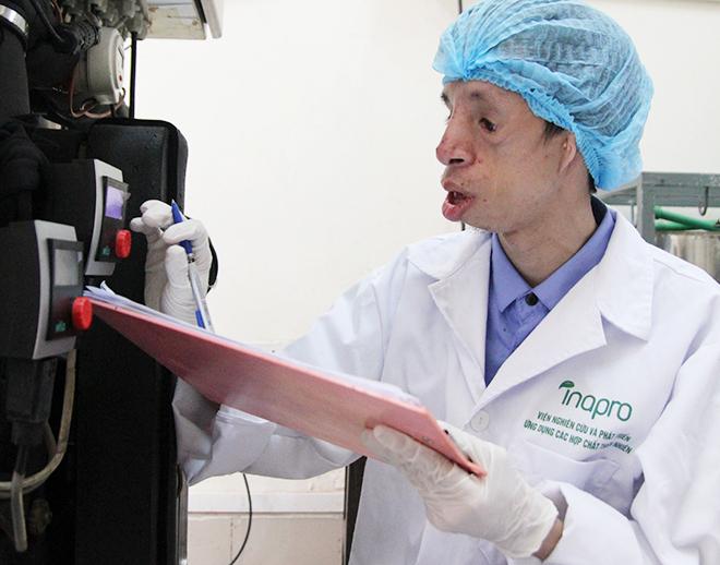 Hiện tại, Chinh là trợ lý nghiên cứu tại viện nghiên cứu và phát triển ứng dụng hợp chất thiên nhiên, Đại học Bách khoa Hà Nội. Ảnh: Thùy An