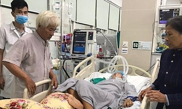 Vợ chồng ông Kính gặp được con gái sau 2 năm thất lạc tại Bệnh viện Bạch Mai. Ảnh: H.N
