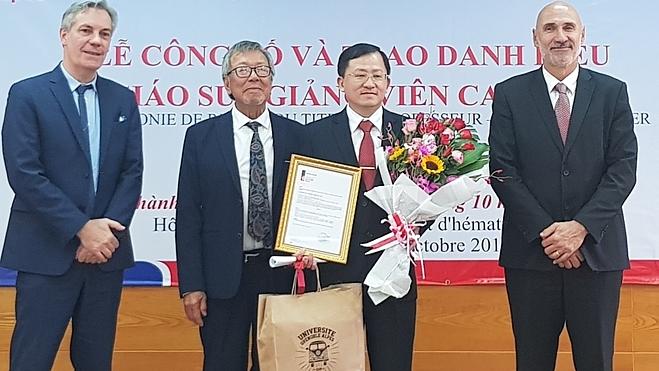 Bác sĩ Phù Chí Dũng (thứ 2 từ phải sang) được các đại diện Đại học Grenoble Alpes - Pháp trao chức danh giáo sư ngày 31/10. Ảnh: Lê Phương.