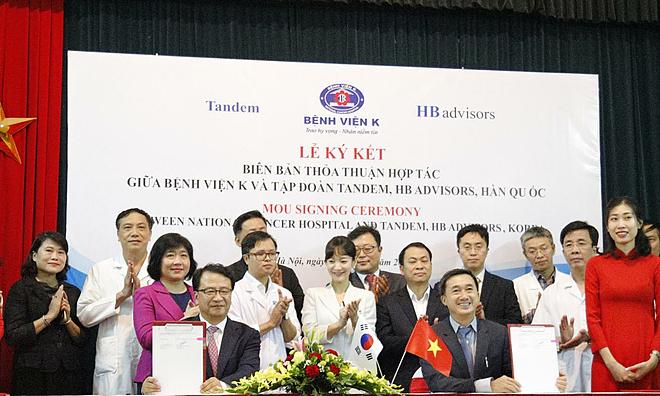 Lãnh đạo Bệnh viện K ký kết hợp tác với các đối tác Hàn Quốc. Ảnh: L.N