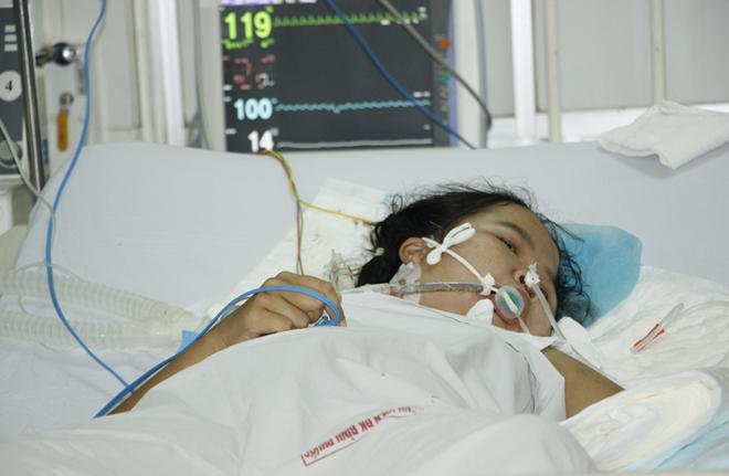 Trang mở mắt sau nhiều ngày hôn mê, đang điều trị ở Bệnh viện Đa khoa tỉnh Bình Phước, ngày 31/10. Ảnh: Văn Trăm.