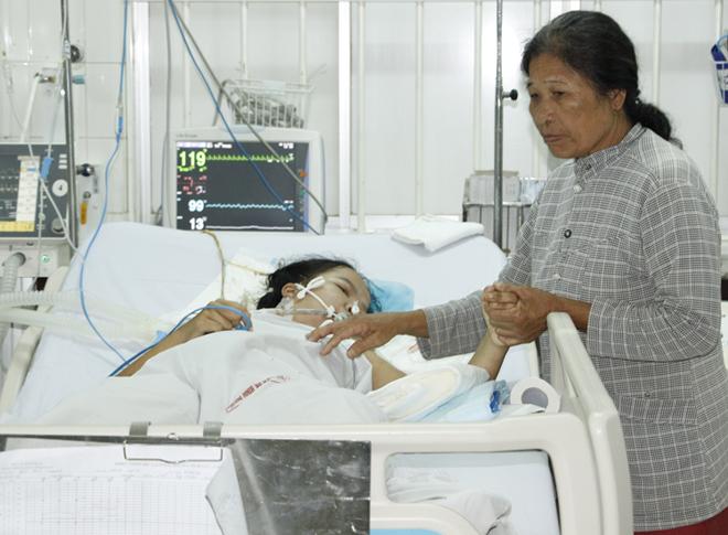 Về Bình Phước, Trang được mẹ chăm sóc nên sức khỏe tiến triển tốt hơn. Ảnh: Văn Trăm.