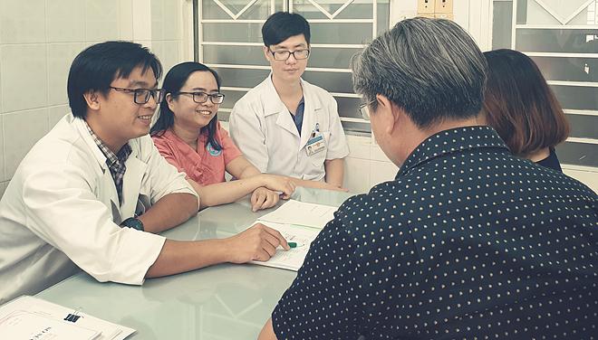 Bác sĩ tư vấn di truyền cho cặp vợ chồng trước khi thực hiện xét nghiệm di truyền tiền làm tổ tại Bệnh viện Hùng Vương. Ảnh: V.T