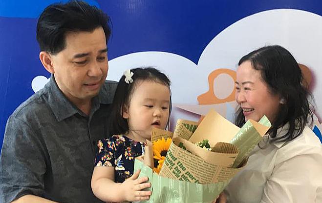Vợ chồng chị Helen Thanh Nguyễn và con gái 22 tháng tuổi tại Bệnh viện Hùng Vương sáng 3/11.