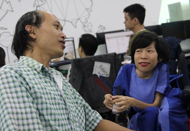 Chị Nguyễn Thị Vân thường dành thời gian đến trung tâm để thăm hỏi, động viên nhân viên làm việc. Ảnh: Thùy An