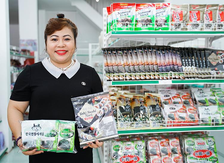 Chị Hoàng Thị Hiền, chủ tịch công ty Xuất nhập khẩu Thu Hiên đưa món ngon Hàn Quốc đến Việt Nam.