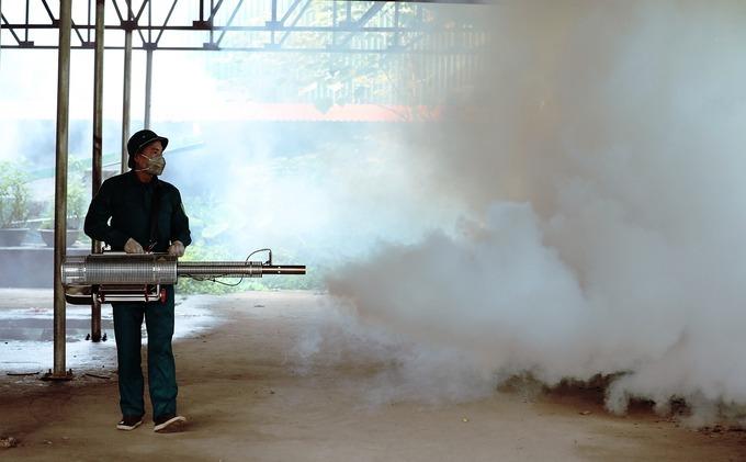 Nhân viên y tế dự phòng tại Hà Nội dùng loại máy phun đeo vai để phun hóa chất trong các hộ gia đình, hoặc khu đông dân cư. Ảnh: Ngọc Thành.