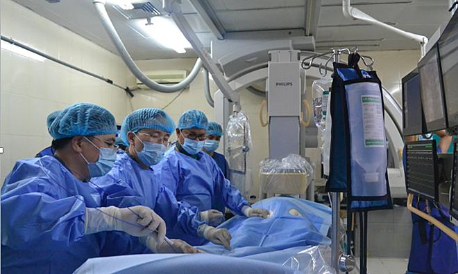 Các bác sĩ cấy máy tạo nhịp cho bệnh nhân 75 tuổi. Ảnh: P.L