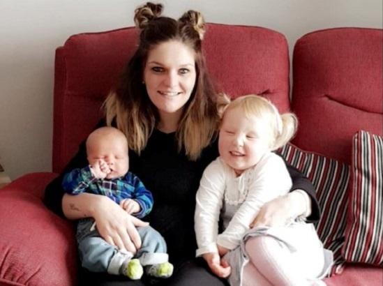 Claire Curtis bên cạnh hai cô con gái. Ảnh: Gia đình cung cấp