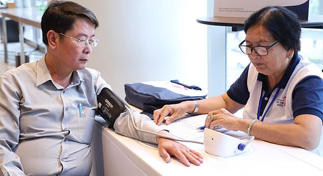 Đo huyết áp trong chương trình Cộng đồng vì trái tim khoẻ tại TP HCM. Ảnh: Lê Phương.