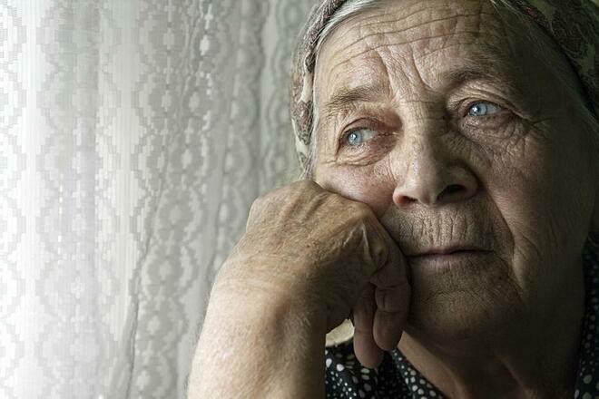 Người cao tuổi sống một mình trong thời gian quá dài có nguy cơ suy giảm nhận thức và trí nhớ. Ảnh: UChicago News