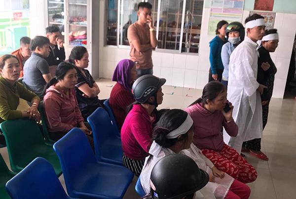 Người nhà mặc áo đến Trung tâm y tế huyện Nông Sơn phản ứng chiều 7/11. Ảnh: Đại Hiệp.