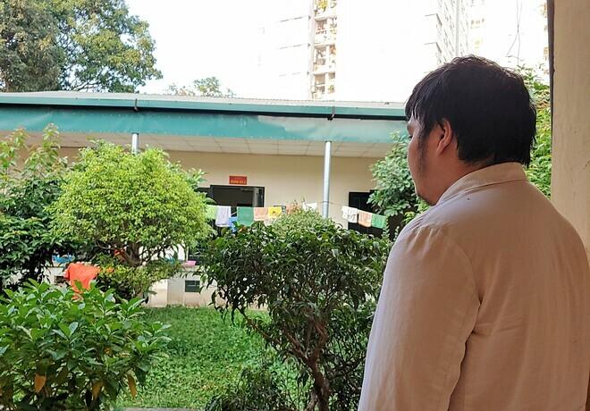 Từ hành lang bệnh viện, Thành đứng nhìn ra vườn cây, hóng gió mỗi ngày với cảm giác nhẹ nhóm, yên bình. Ảnh: Thúy Quỳnh