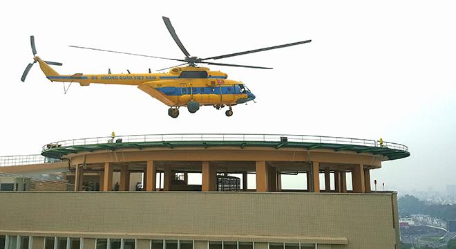 Trực thăng đáp xuống nóc Viện Chấn thương Chỉnh hình sáng 8/11. Ảnh: Lê Phương.