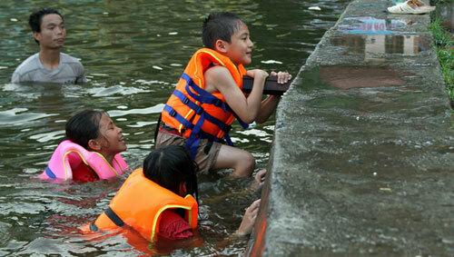 Trẻ em được phổ cập bơi là cách phòng chống đuối nước. Ảnh: H.V.