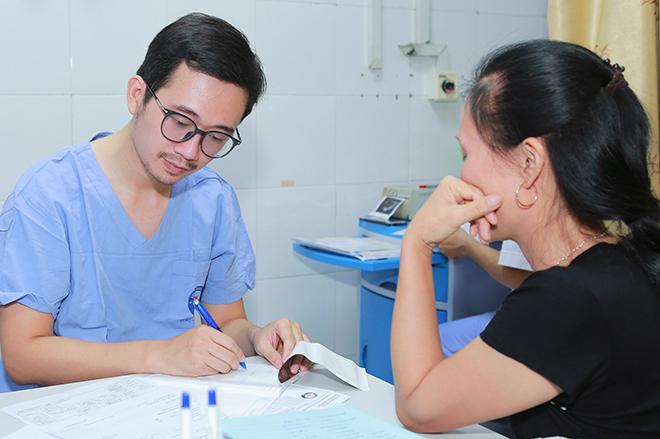 Thạc sĩ, bác sĩ Vương Vũ Việt Hà luôn dành thời gian để tư vấn, thăm khám . Ảnh: Thùy An