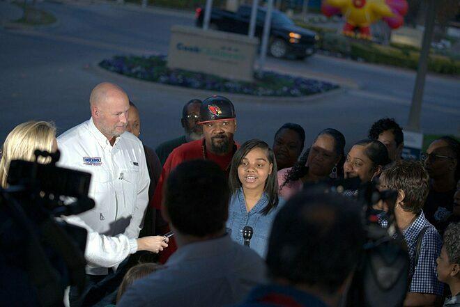 Bà Trinity Lewis, mẹ của Tinslee trả lời phóng viên hôm 10/11. Ảnh: Texan