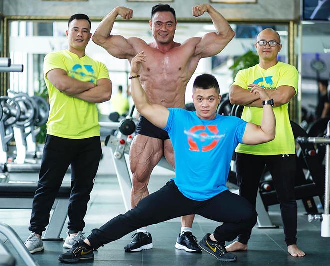 Thời gian rảnh, Thái hướng dẫn cho học viên và trao đổi kinh nghiệm tập luyện cùng với các vận động viên thể hình khác. Ảnh: Thùy An