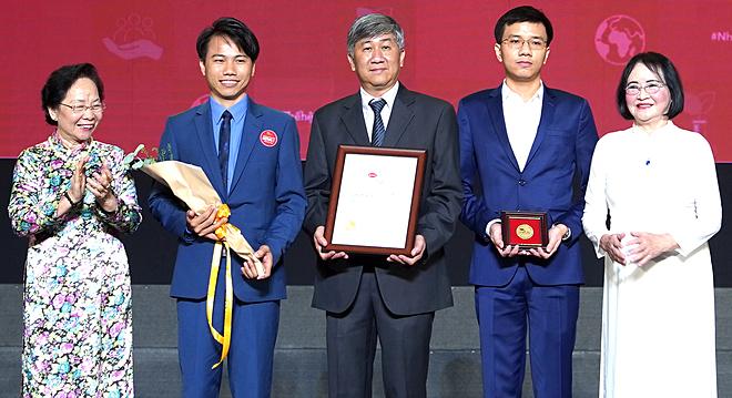 Nguyên Phó Chủ tịch nước Nguyễn Thị Doan (ngoài cùng bên trái) và phó giáo sư Nguyễn Thị Hoè (ngoài cùng bên phải) trao giải Kova cho Bệnh viện Bình Dân ngày 16/11. Ảnh: Lê Phương.
