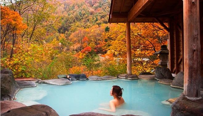 Tắm khoáng nóng là cách thư giãn và  trị liệu hiệu quả được người dân Nhật Bản yêu thích. Ảnh: Go-nagano