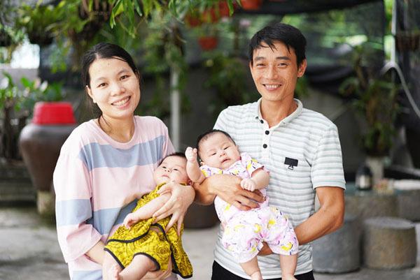 Vợ chồng chị Ánh Ngọc hạnh phúc bên 2 con gái.