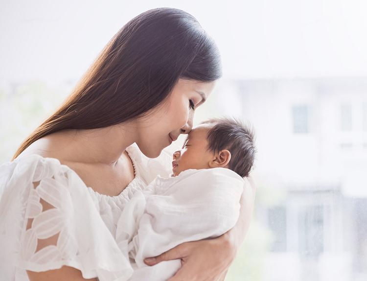 Trẻ sơ sinh cần bú sữa mẹ và được tắm nắng để tăng cường hấp thụ Vitamin D3