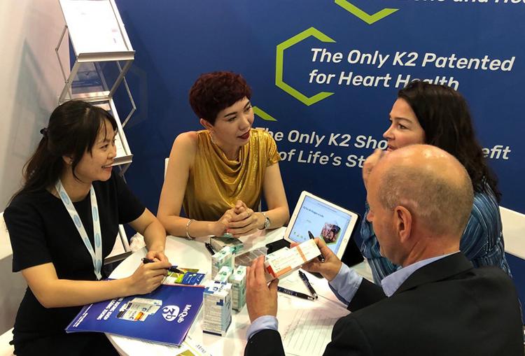 DS Hồng Nhung (ngoài cùng, bên trái) trao đổi với các chuyên gia y khoa của Natto Pharma, Na Uy tại sự kiện dinh dưỡng lớn nhất Châu Á - Triển lãm Vitafoods Asia tại Singrapore (Tháng 9/2019)