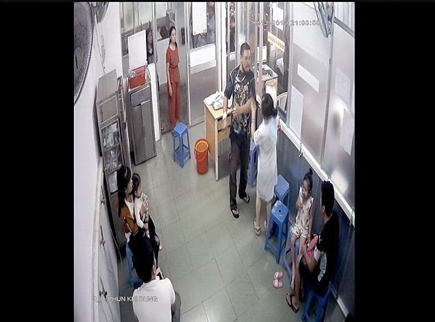 Camera bệnh viện ghi nhận hình ảnh bố bệnh nhi đánh nữ điều dưỡng.  Ảnh cắt từ clip