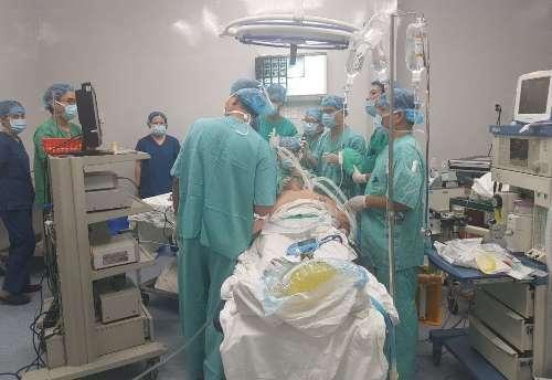 Bác sĩ tiến hành nội soi cho bệnh nhân. Ảnh: Nhật Tân