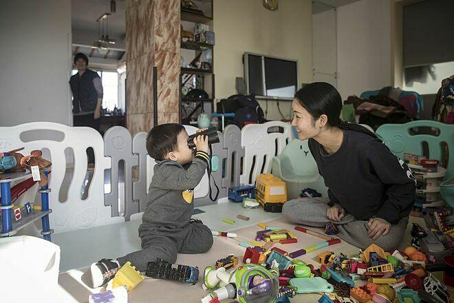 Zhou Xiaoying cùng con trai. Ảnh:Bloomberg.