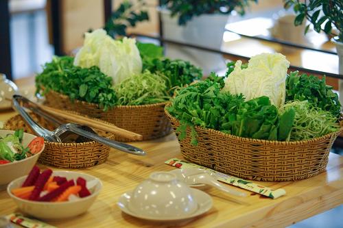 Trong bữa lẩu, bạn có thể ăn sống hoặc nhúng rau để ăn, tùy sở thích. Ảnh: Hoài Nhơn