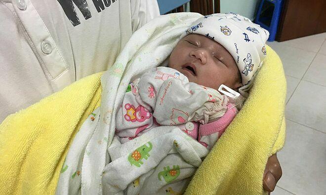 Em bé khoẻ mạnh xuất viện ngày 22/11. Ảnh: Lê Nga.