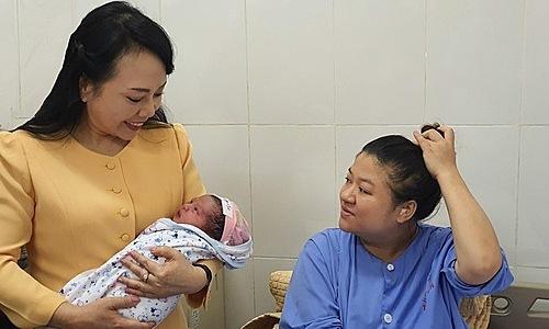 Bộ trưởng Nguyễn Thị Kim Tiến trong chuyến công tác cuối cùng tại Thái Nguyên. Ảnh: Bộ Y tế.