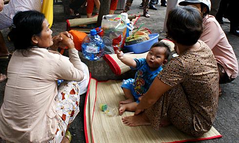 Bệnh nhi nằm bên gốc cây tại Bệnh viện Nhi đồng 1 trong chuyến thị sát của Bộ trưởng Y tế ngày 28/11/2011. Ảnh: Thiên Chương.